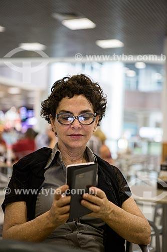 Aeroporto Santos Dumont Telefone : Tyba online assunto mulher com telefone celular na
