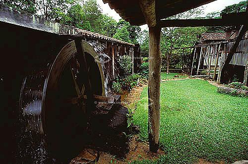 Moinho movido à roda d`água em fazenda antiga