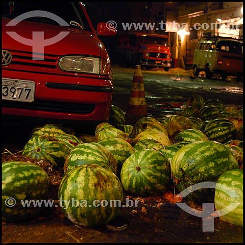 Mercado Municipal de São Paulo - desperdício - melancias jogadas no chão - SP - Brasil  (2004)                                - São Paulo - São Paulo - Brasil
