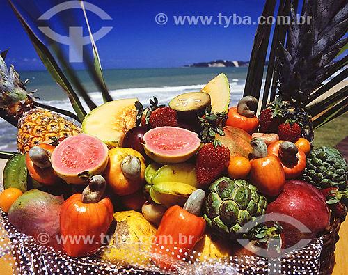 Cesta com frutas variadas