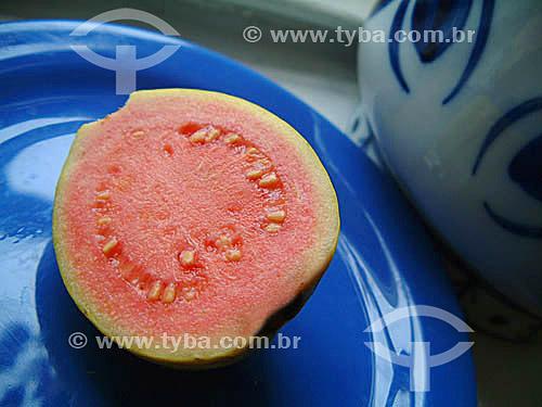 Fruta - Goiaba cortada ao meio