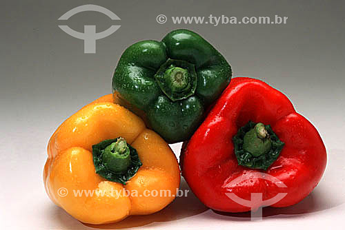Pimentões de 3 cores: verde, amarelo e vermelho
