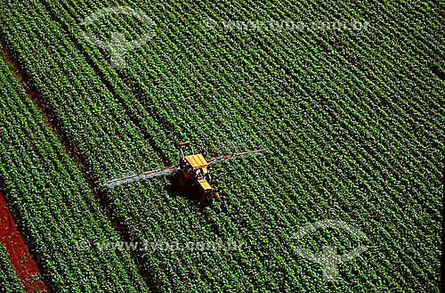 Cultivo mecanizado em plantação de soja - RS - Brasil - Data: 1995