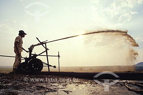 Trabalhador irrigando plantação de cana-de-açúcar - SP - Brasil / Data: 2009