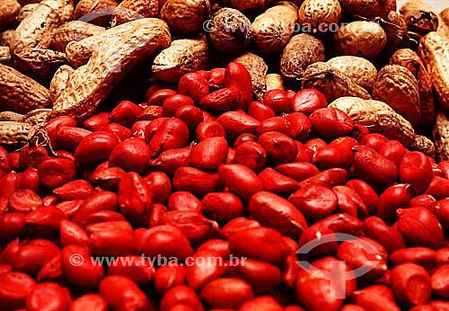 Detalhe de amendoim em casca e descascado - Brasil