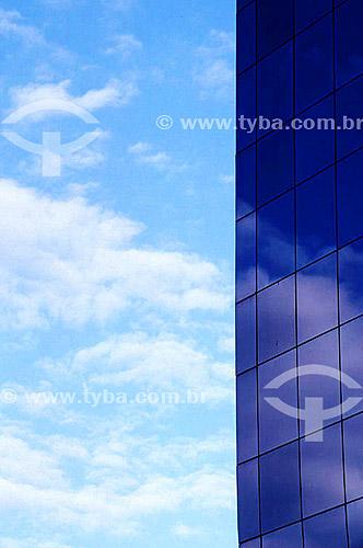 Arquitetura moderna - Edifício com fachada de vidro refletindo o céu  - Brasil