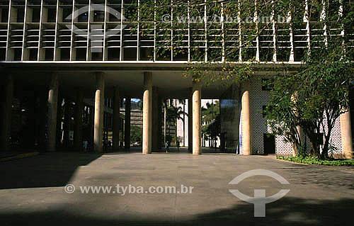Os pilotis e parte da fachada do Palácio Gustavo Capanema , também conhecido como o Prédio do MEC - Centro - Rio de Janeiro - RJ - Brasil  Construído entre 1937 à 1943 para sediar o antigo Ministério de Educação e Saúde, é um dos primeiros arranha-céus do mundo com fachada toda de vidro e um marco da arquitetura moderna no Brasil. Baseado em  estudos de Le Corbusier, o projeto foi desenvolvido pelos arquitetos Lúcio Costa, Oscar Niemeyer, Affonso Eduardo Reidy e pelo engenheiro Emílio Baungart, entre outros; os jardins são de Roberto Burle Marx; os painéis de azulejos, quadros e murais de Portinari e as esculturas de Bruno Giorgio, Vera Janacopulus e Celso Antônio. É Patrimônio Histórico Nacional desde 18-03-1948.  - Rio de Janeiro - Rio de Janeiro - Brasil