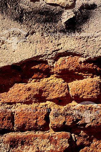 Detalhe de muro: tijolo e cimento