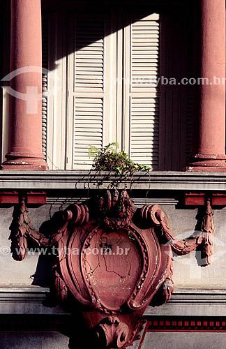 Detalhe de arquitetura: janela e colunas na fachada de edifício