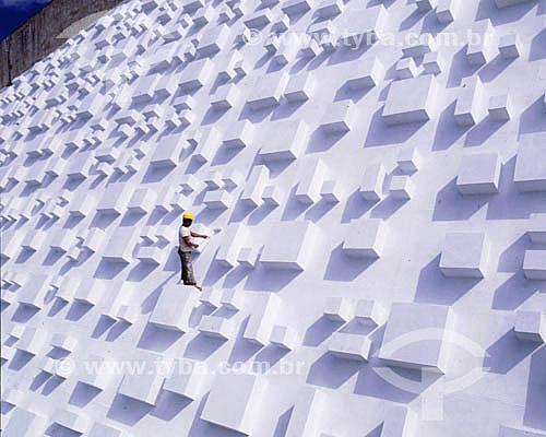 Trabalhador na fachada do Teatro Nacional, uma composição plástica de cubos e retângulos, de autoria de Athos Bulcão. - DF - Brasil Brasília é Patrimônio Mundial pela UNESCO desde 11-12-1987.  - Brasília - Distrito Federal - Brasil