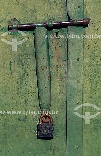 Detalhe de uma antiga tranca de porta com cadeado - Laranjeiras - Sergipe   - Laranjeiras - Sergipe - Brasil
