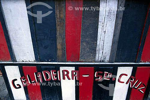 Grafia - Detalhe de arquitetura - Parede colorida com palavras escritas