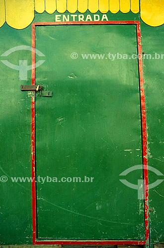 Detalhe de arquitetura - Porta verde e amarela com a palavra