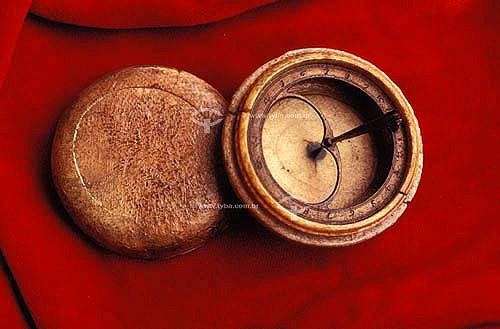 Relógio de Sol de Algibeira, feito em Marfim e Latão  - Brasil