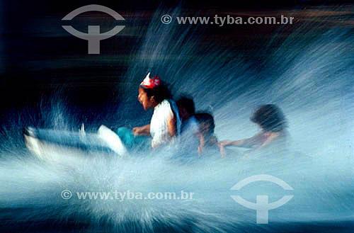 Crianças em barco - Play Center - parque aquático