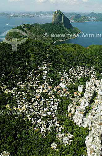 Vista aérea do bairro do Leme, favela do Chapéu Mangueira e Pão de Açúcar ao fundo - Rio de Janeiro - RJ - Brasil - Abril 2006  - Rio de Janeiro - Rio de Janeiro - Brasil