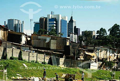 Favela em São Paulo com prédios ao  fundo - Avenida L. Carlos Berrini - SP - Brasil  - São Paulo - São Paulo - Brasil