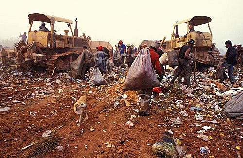 Assunto: Catadores de lixo e tratores no lixão de Diadema / Local: São Paulo (SP) - Brasil / Data: 2003