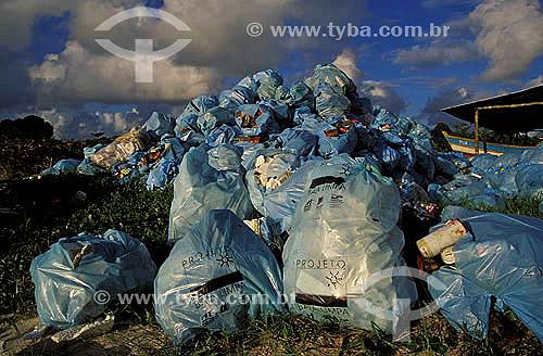 Sacos de lixo - Projeto Baía Limpa -  Superagüi - Paraná - Brasil / Data: 12/1997