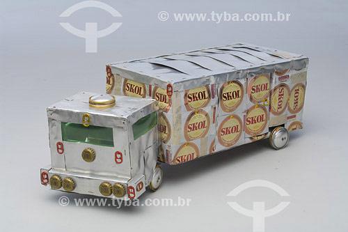 Miniatura de caminhão feita a partir de latas e tampas de garrafa