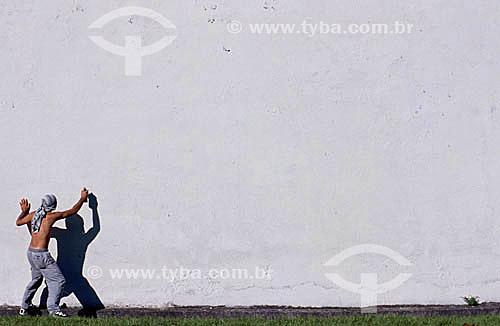 Homem pichando muro