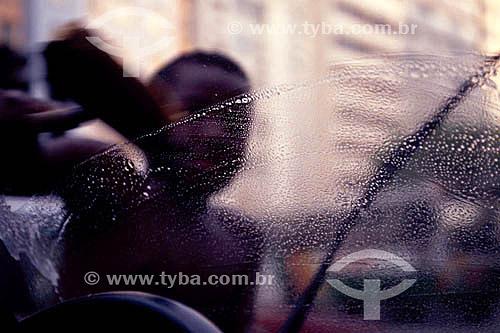 Menino de rua lavando o vidro de carro no sinal  - Brasil