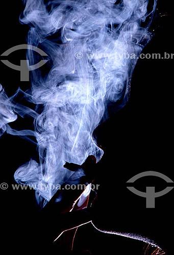 Pessoa fumando maconha - Cannabis