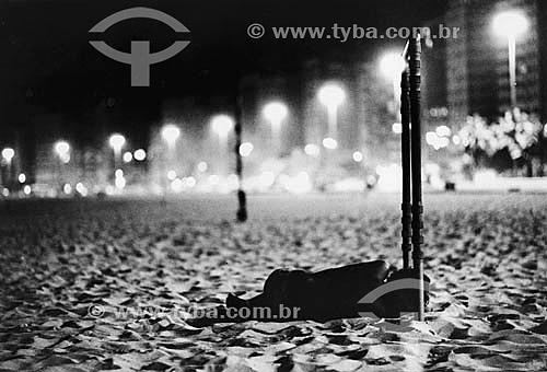 Menino de rua dormindo na praia - Copacabana - Rio de Janeiro - RJ - Brasil. Data: 2002