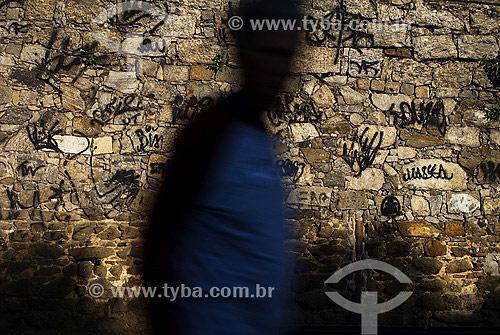 Homem caminhando em frente a muro pixado - Glória - Rio de Janeiro - RJ - Brasil  - Rio de Janeiro - Rio de Janeiro - Brasil