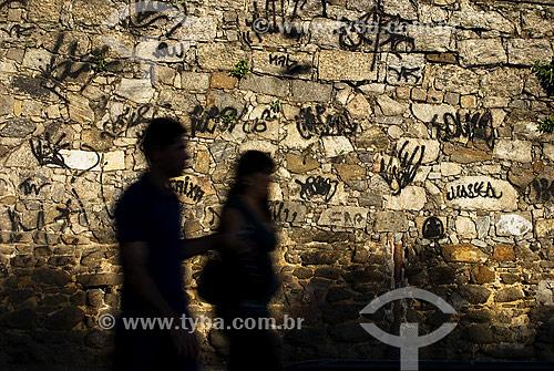 Casal caminhando em frente a muro pixado - Glória - Rio de Janeiro - RJ - Brasil  - Rio de Janeiro - Rio de Janeiro - Brasil