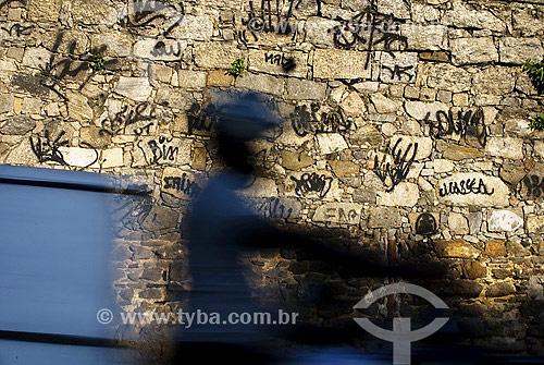 Motociclista passando em frente a muro pixado - Glória - Rio de Janeiro - RJ - Brasil  - Rio de Janeiro - Rio de Janeiro - Brasil