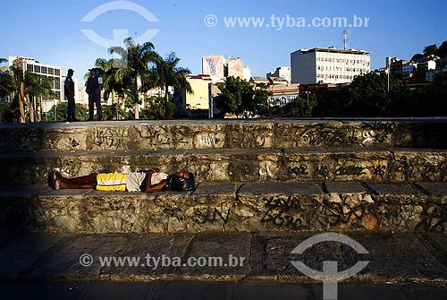 Mendigo dormindo em arquibancada na Lapa - centro do Rio de Janeiro - RJ - Brasil  - Rio de Janeiro - Rio de Janeiro - Brasil