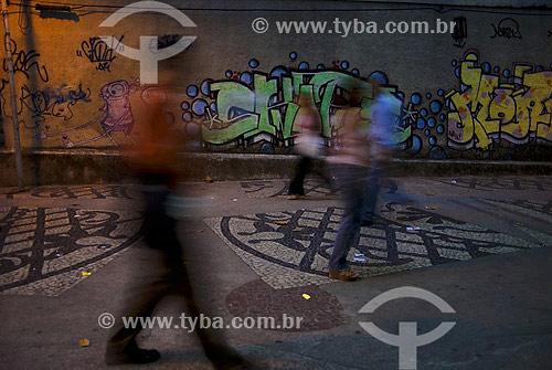 Pessoas caminhando em frente a muro grafitado - Flamengo - Rio de Janeiro - RJ - Brasil  - Rio de Janeiro - Rio de Janeiro - Brasil