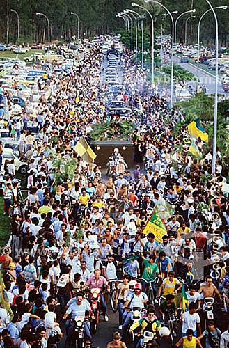 Povo acompanhando funeral de Tancredo Neves, presidente eleito do Brasil morto antes de tomar posse - 21 de abril de 1985