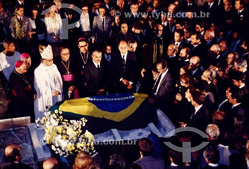 Funeral de Tancredo Neves, eleito presidente da república, faleceu antes de tomar posse - caixão com a bandeira do Brasil - 21 de abril de 1985