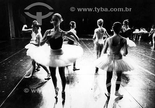 Corpo de dança do Teatro Municipal (ou Theatro Municipal) -  Balé - anos 80 - Rio de Janeiro - RJ - BrasilBallet dancers in the
