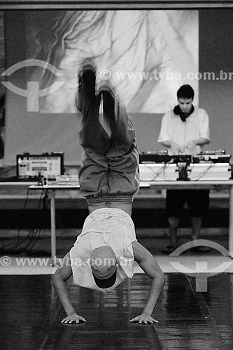 Homem praticando dança Break com dj ao fundo - Niterói - RJ - Brasil  - Niterói - Rio de Janeiro - Brasil