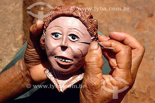 Artesanato: cerâmica - autora: Ana do Baú - detalhe de mão pintando - Região do Rio Jequitinhonha - MG - Brasil  - Minas Gerais - Brasil