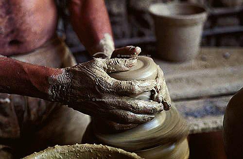 Artesanato - Fabricação manual de cerâmica - Artesão começando a esculpir vaso de barro - Pernambuco - Brasil  - Pernambuco - Brasil