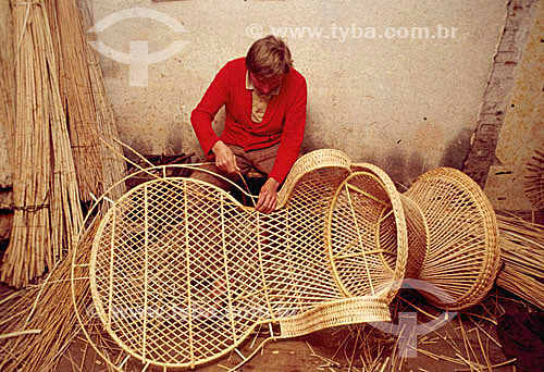 Artesanato em palha - Artesão trabalhando uma cadeira em vime - Brasil