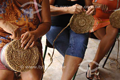 Mulheres fazendo Artesanato utilizando fibras de Taboa  - Quissamã - Rio de Janeiro - Brasil
