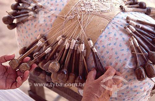 Artesanato - Detalhe de mãos trabalhando renda de bilro  - Rio Grande do Norte - Brasil