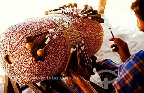 Artesanato em tecido - Mulher rendeira tecendo Renda de bilro - Brasil  - Rio Grande do Norte