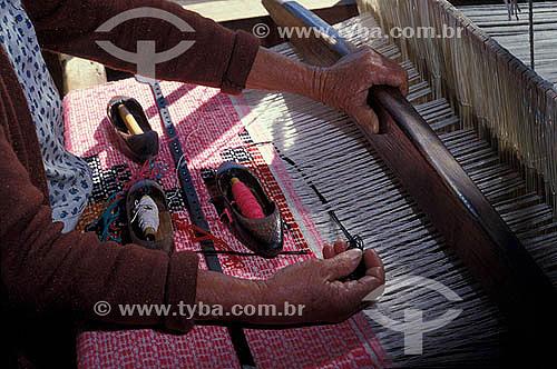 Artesanato - Tecido - Mulher trabalhando em um tear