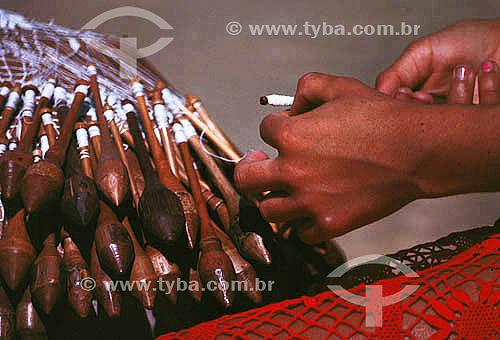 Artesanato em tecido - Detalhe de mãos tecendo renda de Bilro - Natal - Rio Grande do Norte - BrasilData: 1996