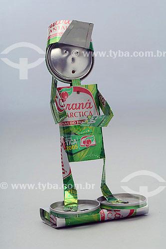 Reciclagem do Alumínio no Brasil - Boneco feito com latas de refrigerante  - Brasil