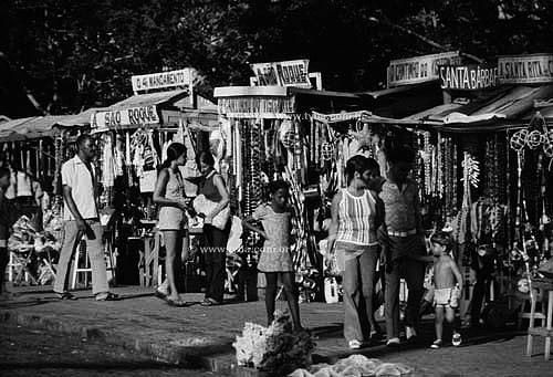 Barracas com nomes de santos em feira de artesanato e artigos religiosos no nordeste do Brasil -  anos 70