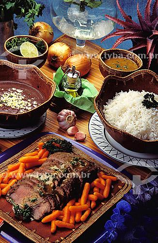 Culinária - rosbife com cenoura, feijão, arroz, alho e cebola.  - Brasil
