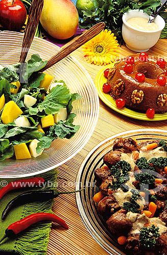 Culinária - frango com salada e pudim-de-leite  - Brasil