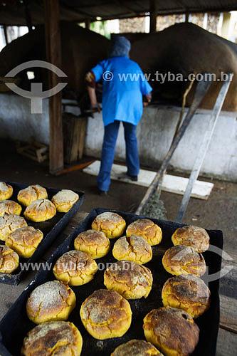 Broa de milho assada em forno de barro  - Caldas - Minas Gerais - Brasil